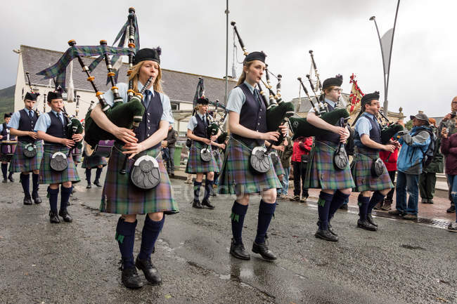 United Kingdom, Scotland, Isle of Skye Pipe Band playing on bagpipes — Stock Photo