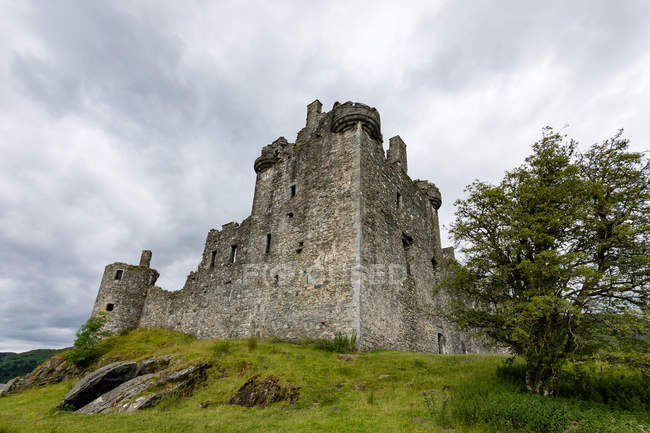 United Kingdom, Scotland, Argyll and Bute, Dalmally, Loch Awe, Kilchurn Castle on green hill, bottom view — Stock Photo