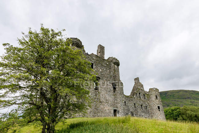 United Kingdom, Scotland, Argyll and Bute, Dalmally, Loch Awe, Kilchurn Castle on green hill — Stock Photo