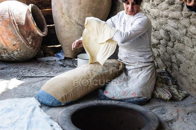 Arménie, Province de Kotayk, Garni, femme cuisson lavash — Photo de stock