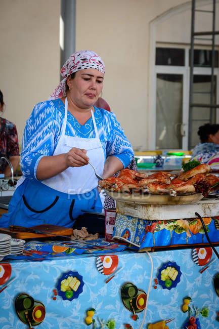 Ринкова жінка з харчовими пропозиціями, Ташкент, Узбекистан. — стокове фото