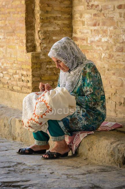 Local seamstress working on street in Bukhara, Bukhara Province, Uzbekistan — Stock Photo