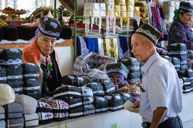 Einheimische auf dem Markt verkaufen und kaufen Hüte, samarkand, samarkand Provinz, Usbekistan — Stockfoto