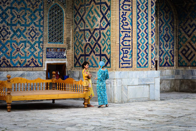 Дві місцеві жінки на розкішних мозаїках (Самарканд, провінція Самарканд, Узбекистан). — стокове фото