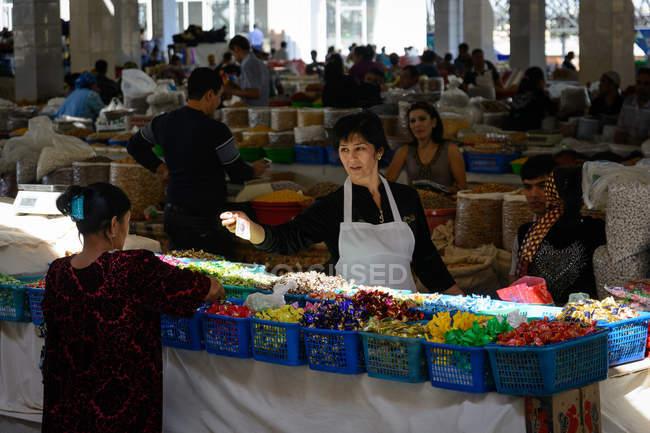 Узбекистан, Самарканд провинции, люди покупки на рынке — стоковое фото
