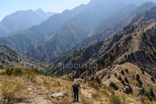 Ouzbékistan, Province de Tachkent, Bustonlik Jean Pierre, randonnée dans les montagnes de Chimgan, Chimgan contreforts des montagnes de Tienshan — Photo de stock