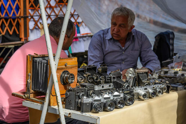 Armenia, Yerevan, Kentron, senior man at permanent antique and flea market in center — Stock Photo