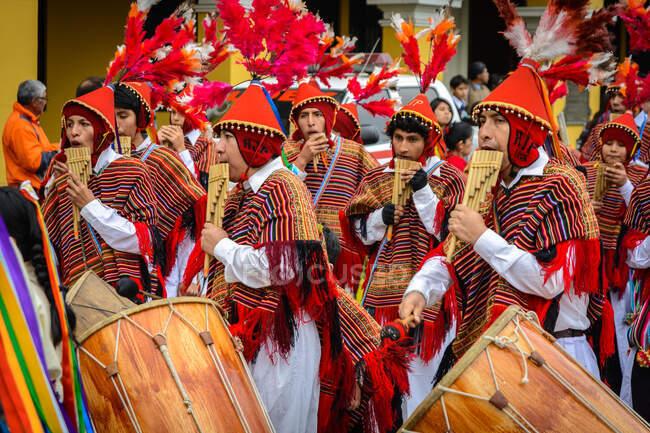 Straßenszene in Perus Hauptstadt mit Straßenmusikern, Lima, Peru — Stockfoto