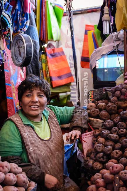 Mulher asiática que vende batatas no mercado, Arequipa Market,, Arequipa, Peru — Fotografia de Stock