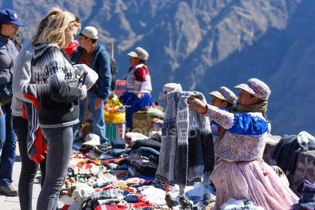 Vendors selling souvenirs at viewpoint in Colca Canyon, Caylloma, Arequipa, Peru — Photo de stock