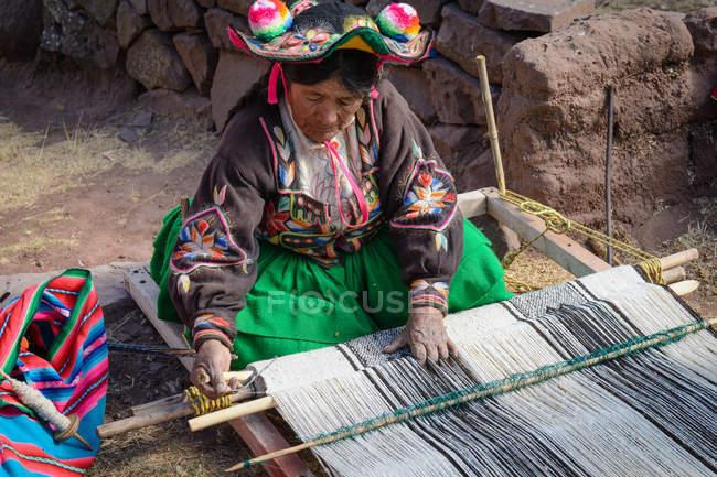 Перу, Пуно, жінка в традиційному одязі спінінг — стокове фото