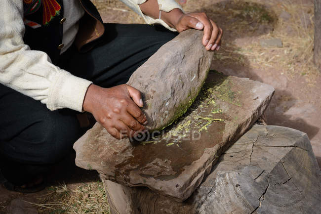 Peru, Puno, Mann in traditioneller Kleidung tut Seifen — Stockfoto