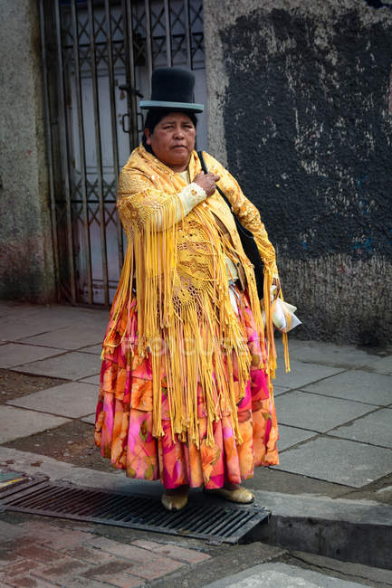 Adult woman in national clothes on city street, La Paz, Departamento de La Paz, Bolivia — Stock Photo