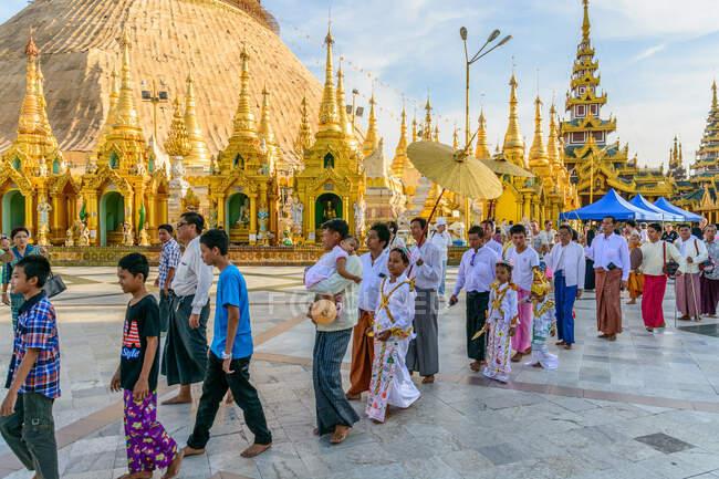 Myanmar (Birmanie), région de Yangon, Yangon, pagode Shwedagon, ordination des novices pour les garçons qui entrent temporairement dans un monastère — Photo de stock