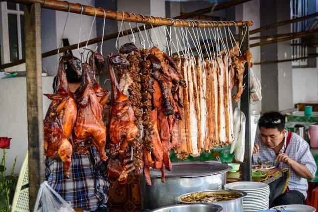 Myanmar (Burma), região de Yangon, Yangon, restaurante de lanches comendo homem — Fotografia de Stock
