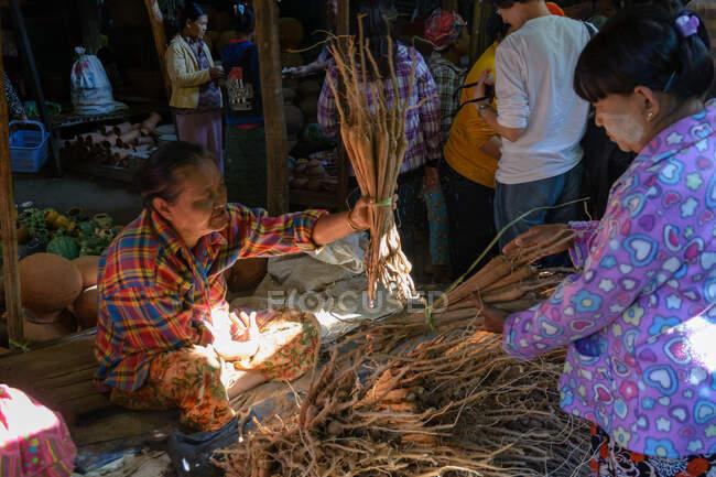 М'янма (Бірма), регіон Мандалай, Ньяунг-У, фермерський ринок — стокове фото