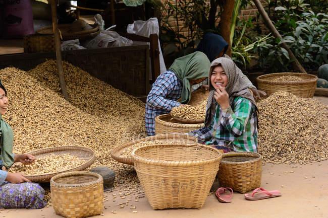 Мянма, провінція Mandalay жінок, що працюють поруч кошики — стокове фото