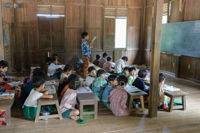 Myanmar, Mandalay Region, Taungtha, bambini nella scuola primaria di taung ba — Foto stock