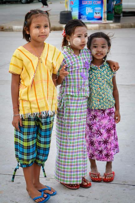 Мьянма, Мандалайская область, Мьингян, три девушки стоят на дороге — стоковое фото