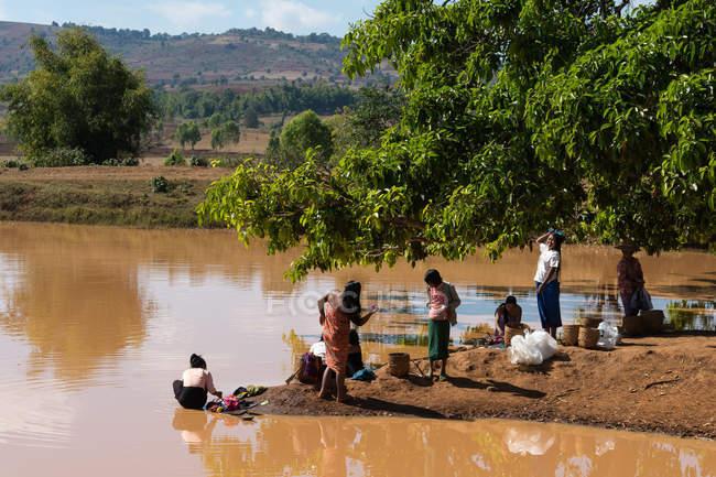 М'янма, Шань, Pindaya, люди загоює рани одяг поблизу ставок — стокове фото