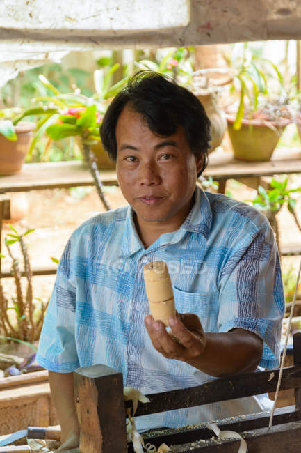 Myanmar, Shan, Pindaya, Mann in traditioneller Kleidung tun Regenschirme — Stockfoto