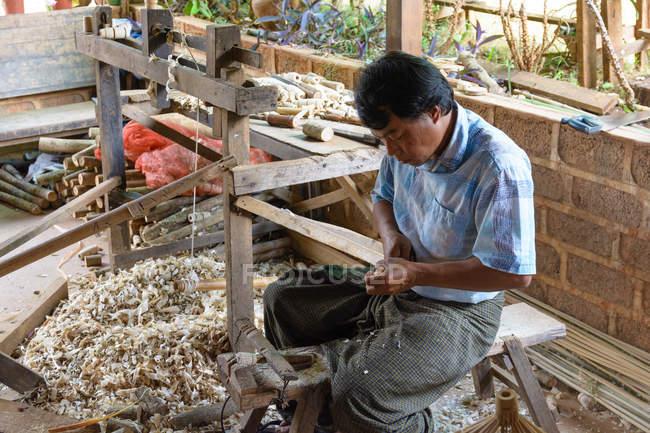 Porträt von asiatischer Mann bei der Herstellung von Sonnenschirmen, Pindaya, Shan, Myanmar — Stockfoto