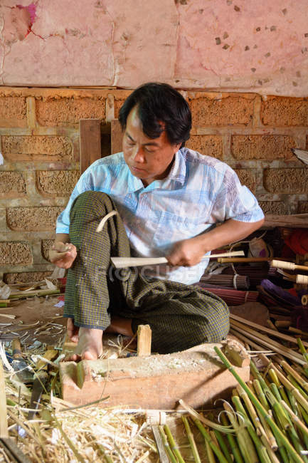 Myanmar (Burma), Shan, Pindaya, manufacture of umbrellas — Stock Photo