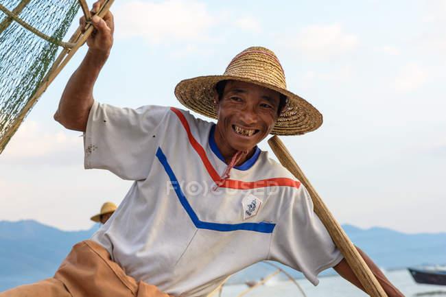 Retrato de pescador en sombrero de paja, Lago Inle, Taunggyi, Shan, Myanmar - foto de stock