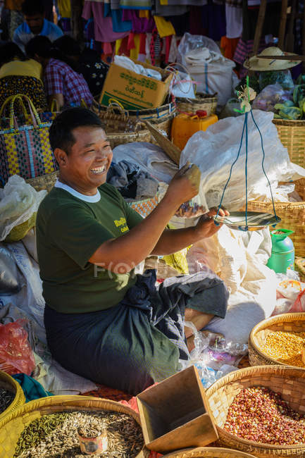 Smiling spice seller at Phaung Daw U Pagoda market, Inle Lake, Nyaungshwe, Shan,Myanmar — Stock Photo
