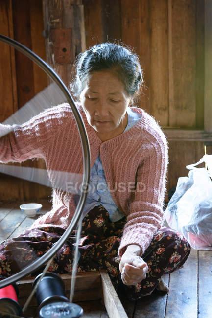 Mulher madura trabalha em tear giratório, tecelagem de seda de lótus, Taunggyi, Shan, Myanmar — Fotografia de Stock