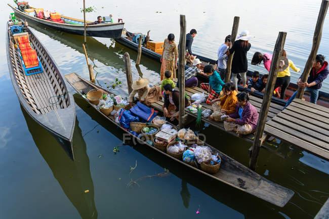 Population locale vendant des marchandises à bateaux sur la jetée, Myanmar (Birmanie), Shan, Taunggyi, Nga phe Chaun monastère — Photo de stock