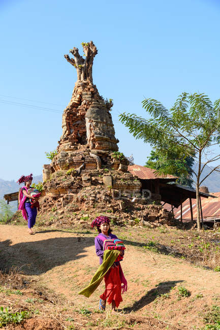 Myanmar (Burma), Shan, Taunggyi, ruins pagodas in Indein — Stock Photo
