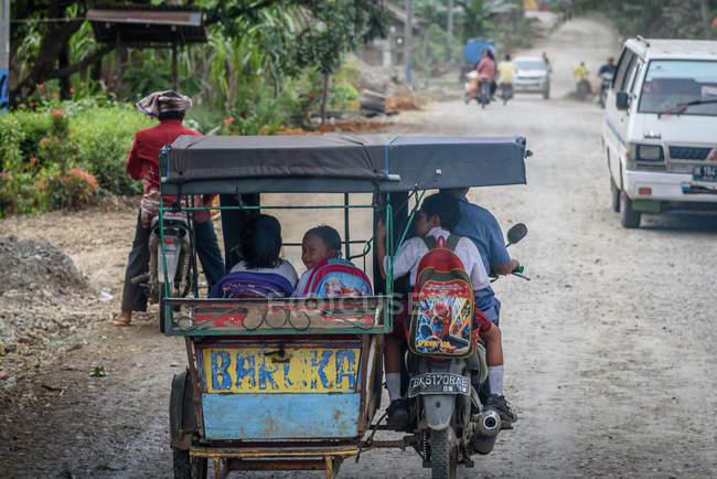 Крикшоу таксі з пасажирами на сільській вулиці, Кабул Langkat, Суматера Ьютара, Індонезія — стокове фото