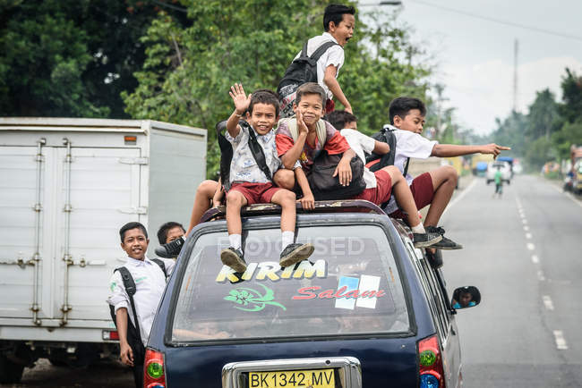 Indonesia, Sumatera Utara, Kabul Langkat, School Bus with children — Stock Photo