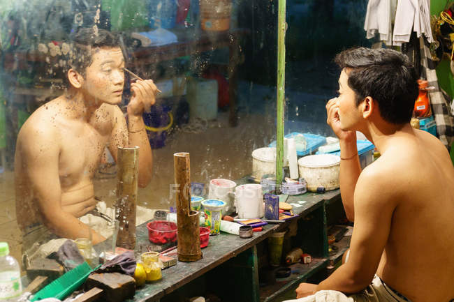 View of Asian actor applying make-up in front of mirror, Yogyakarta, Java, Indonesia — Stock Photo