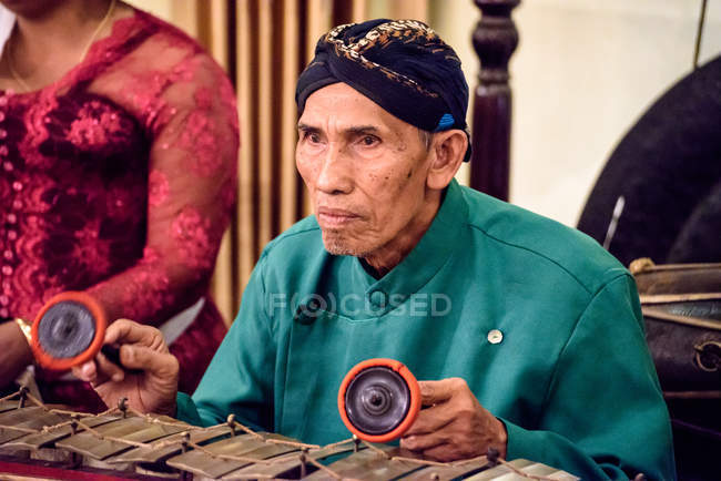 Asian musician in traditional dress at Ramayana Performance, Java, Yogyakarta, Indonesia — Stock Photo