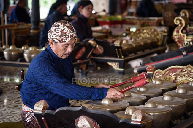 Indonesia, Java, Yogyakarta, Gamelan orchestra in Sultan's Palace of Yogyakarta — Stock Photo