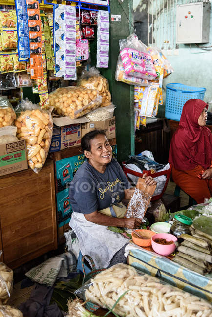 Market scenery with female vendors in Yogyakarta, Java, Indonesia, Asia — Stock Photo