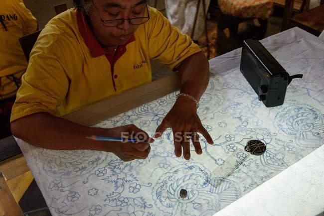 Індонезія, Java, Джок'якарта, жінка спеціалізується на текстильна та батік — стокове фото