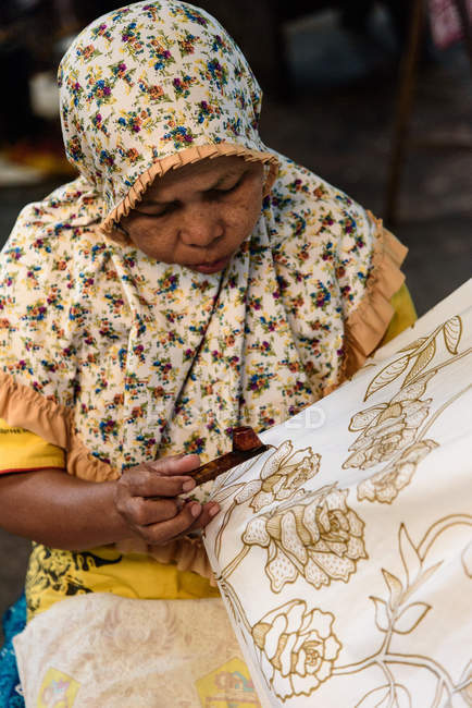 Woman working in Batik manufacture in Yogyakarta, Java, Indonesia, Asia — Stock Photo