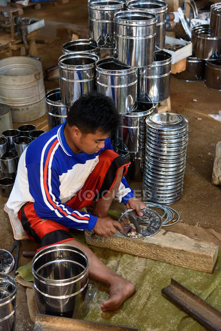 Master making metal dishes by hand, Kabanyat Banyuwangi, Java Timur, Indonesia — Stock Photo