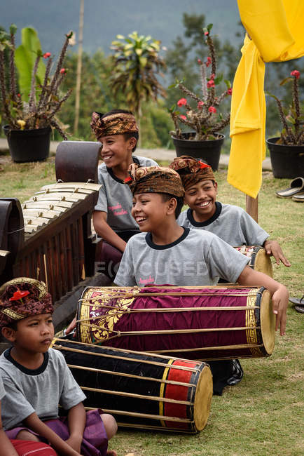 KABUL BULELENG, BALI, INDONESIA - AUGUST 17, 2015: performance of the Ramayana epic by the local dance school, boys sitting on ground in traditional wear with musical instruments — Stock Photo