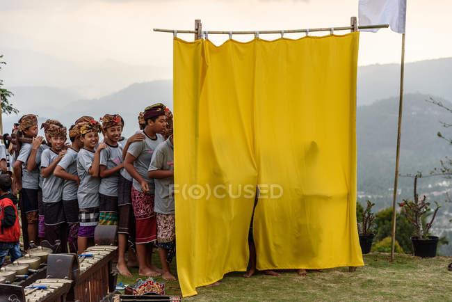 Kabul buleleng, bali, indonesien - 17. August 2015: Aufführung des Ramayana-Epos durch die lokale Tanzschule. Lokale Künstler am gelben Vorhang — Stockfoto