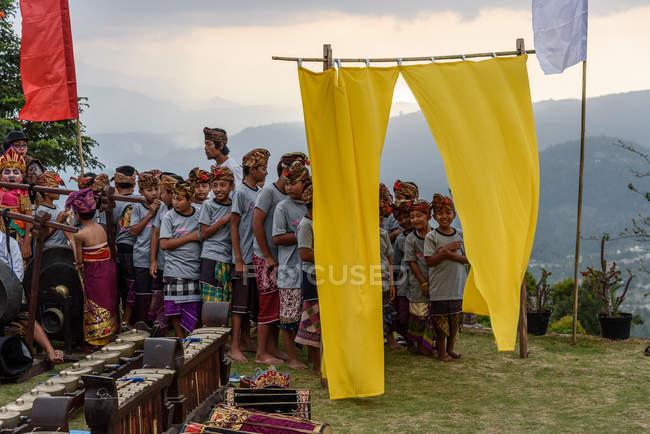 KABUL BULELENG, BALI, INDONESIA - 17 AGOSTO 2015: esecuzione dell'epica Ramayana da parte della scuola di danza locale. Artisti locali da tenda gialla — Foto stock
