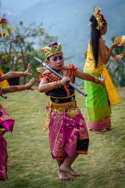 KABUL BULELENG, BALI, INDONESIE - 7 JUIN 2018 : Performance de l'école de danse locale, garçons et filles dansant en costumes — Photo de stock