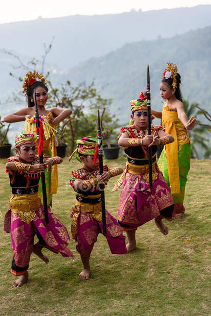 KABUL BULELENG, BALI, INDONESIA - JUNE 7, 2018 : Outdoor performance of local dance school, performing boys and girls in costumes — Stock Photo