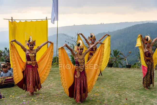 Кабула Buleleng, Балі, Індонезія - 7 червня 2018: Відкритий виконання місцевих танцювальні школи дівчаток танці костюми — стокове фото