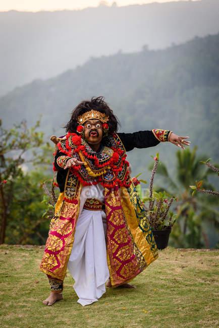 Кабула Buleleng, Балі, Індонезія - 7 червня 2018: Виконання місцевих танцювальні школи, хлопчика в костюм і balian маска — стокове фото
