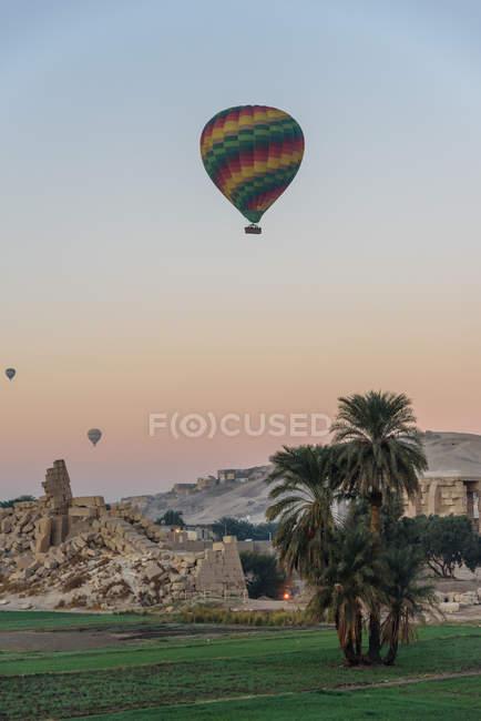Balloons flying over Bagan, Old Bagan, Mandalay region, Myanmar — Stock Photo