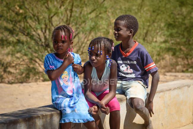 Cabo Verde, Praia, Praia, crianças locais na aldeia. — Fotografia de Stock